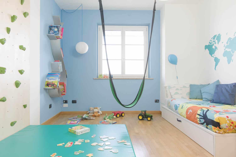 cameretta bambino idee parete arrampicata altalena camera gioco