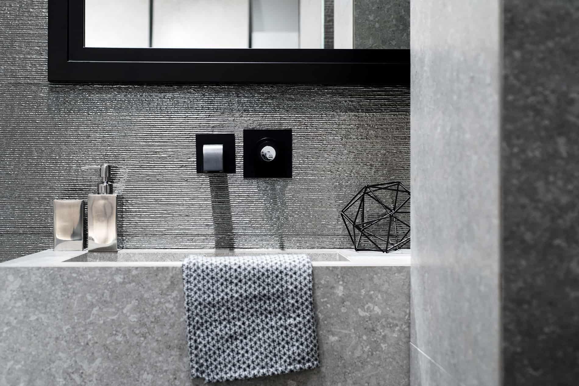 Fap ceramiche bagno in scala di grigio metallo pietra dark trend