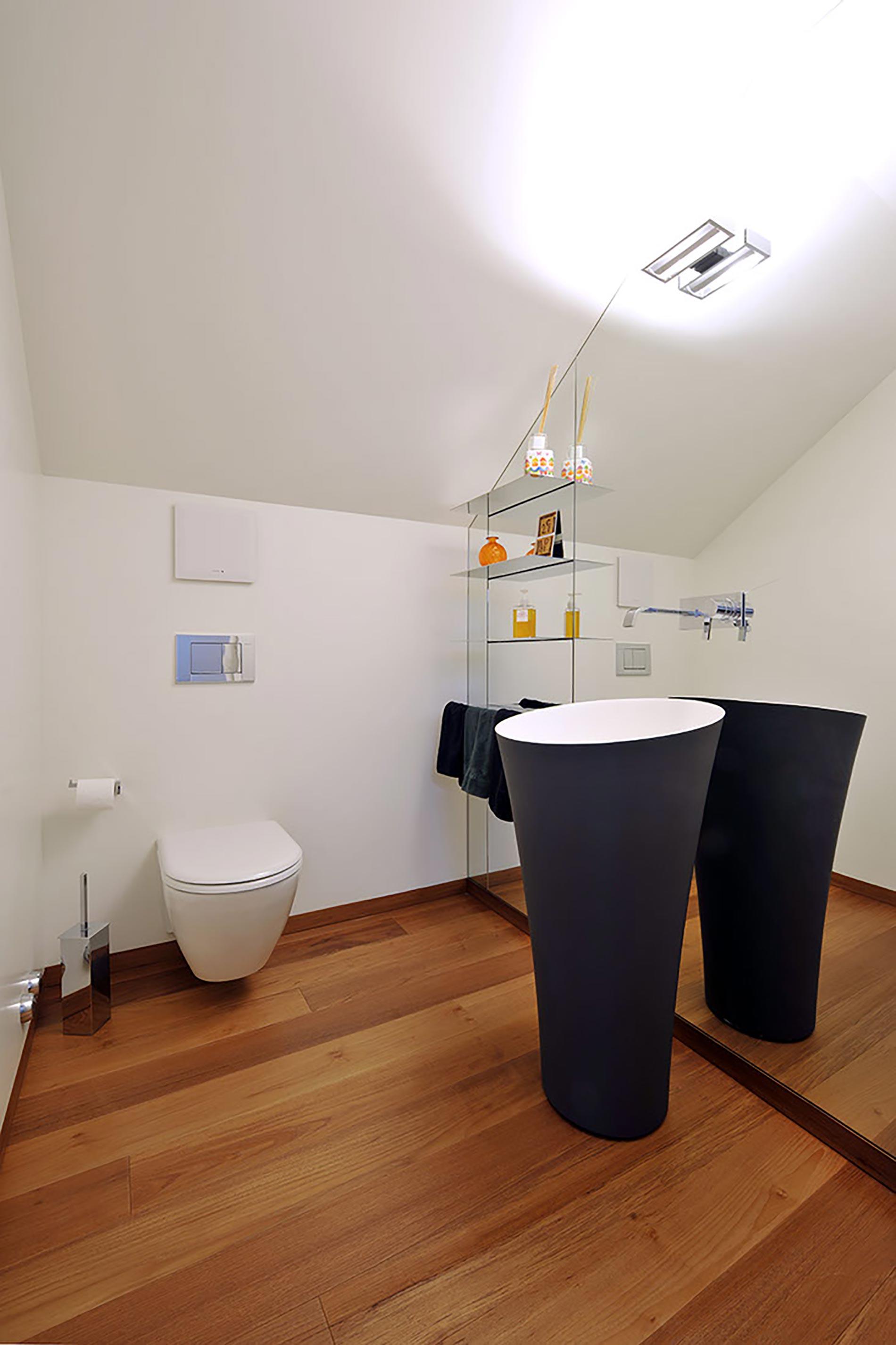villa-lugano-antoniolupi---bagno-piccolo-lavabo-nero