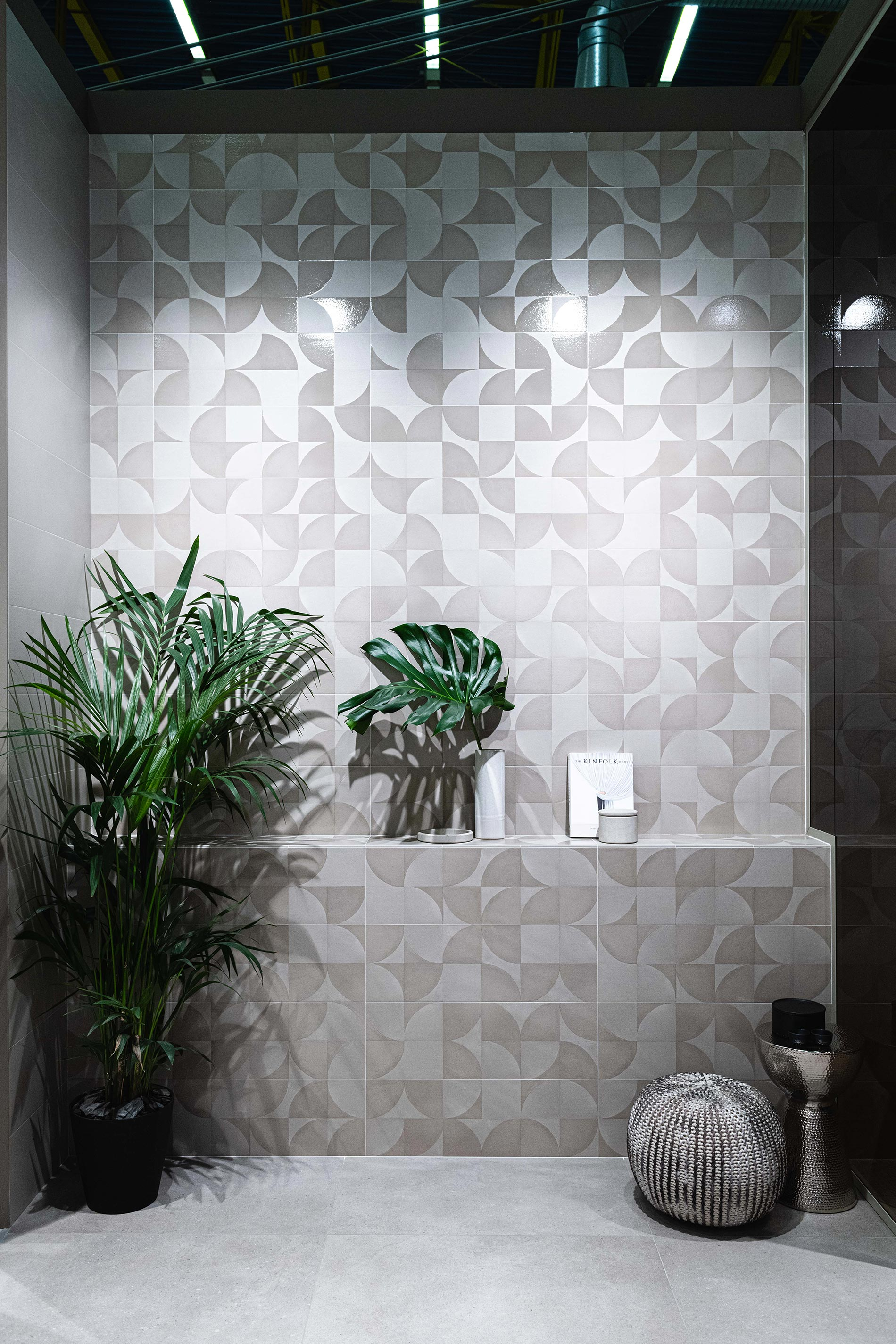 piastrelle in pasta bianca in bagno cersaie 2019 motivo geometrico a parete