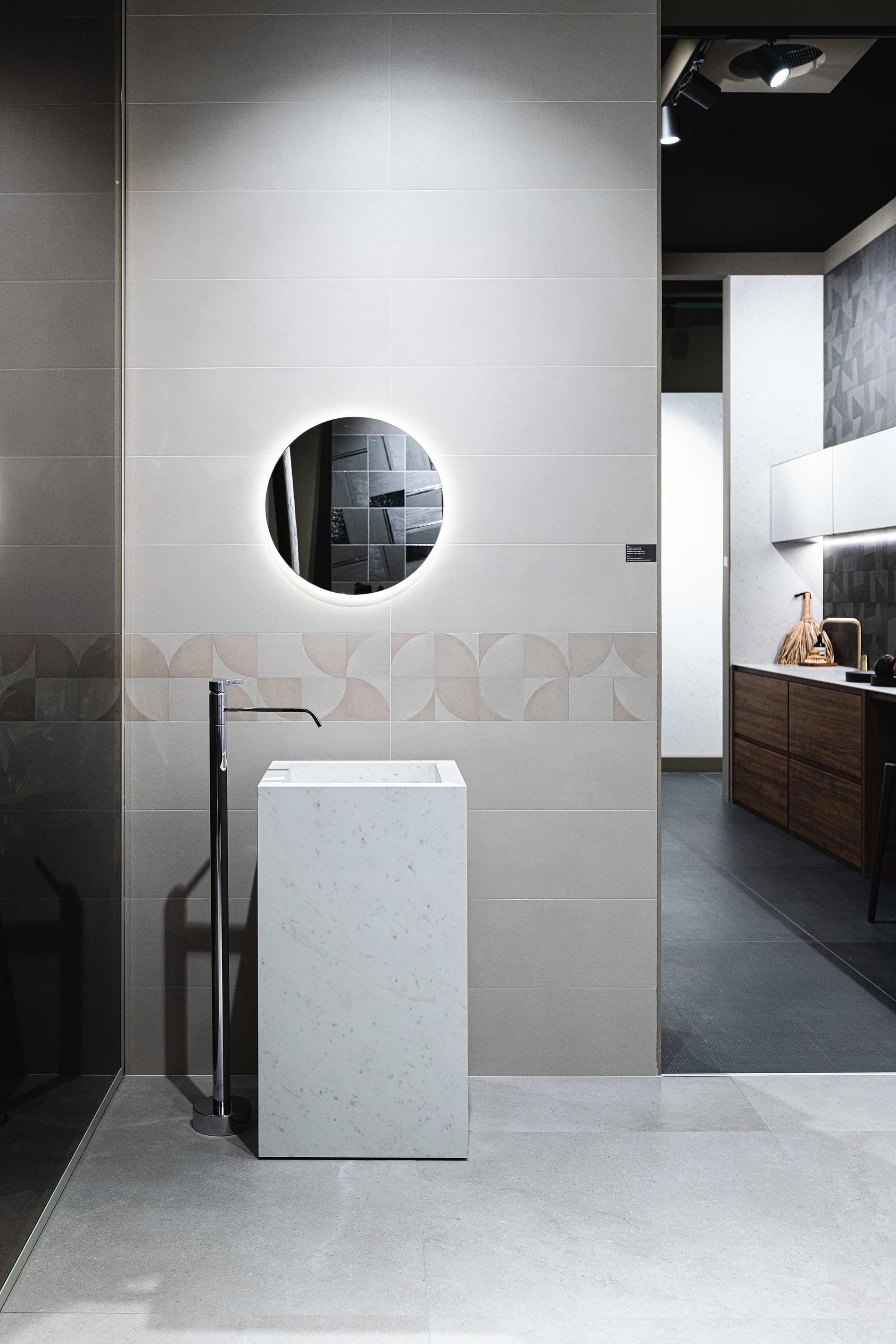 piastrelle in pasta bianca in bagno specchio tondo bagno a colonna
