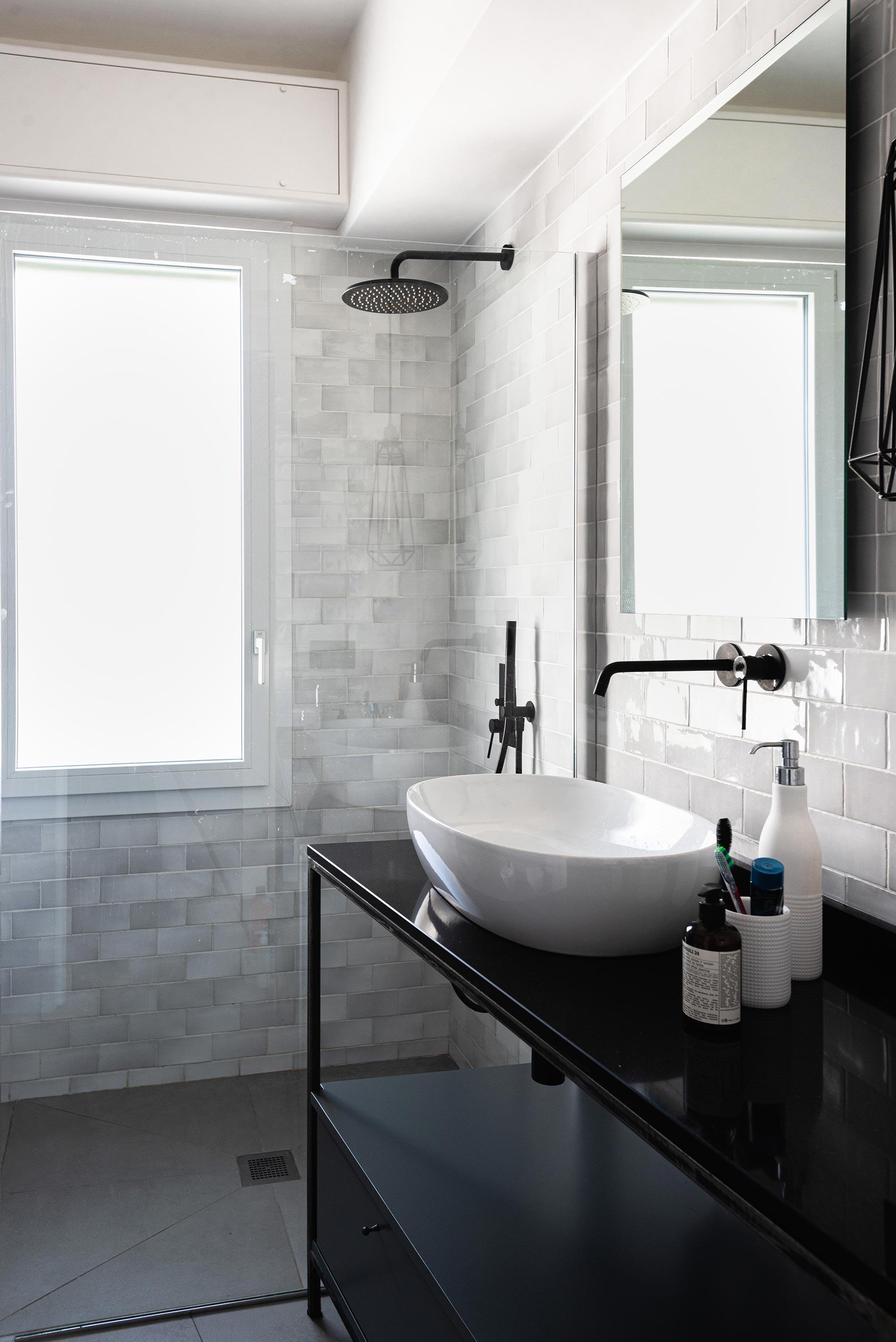 bagno nero design doccia finestra