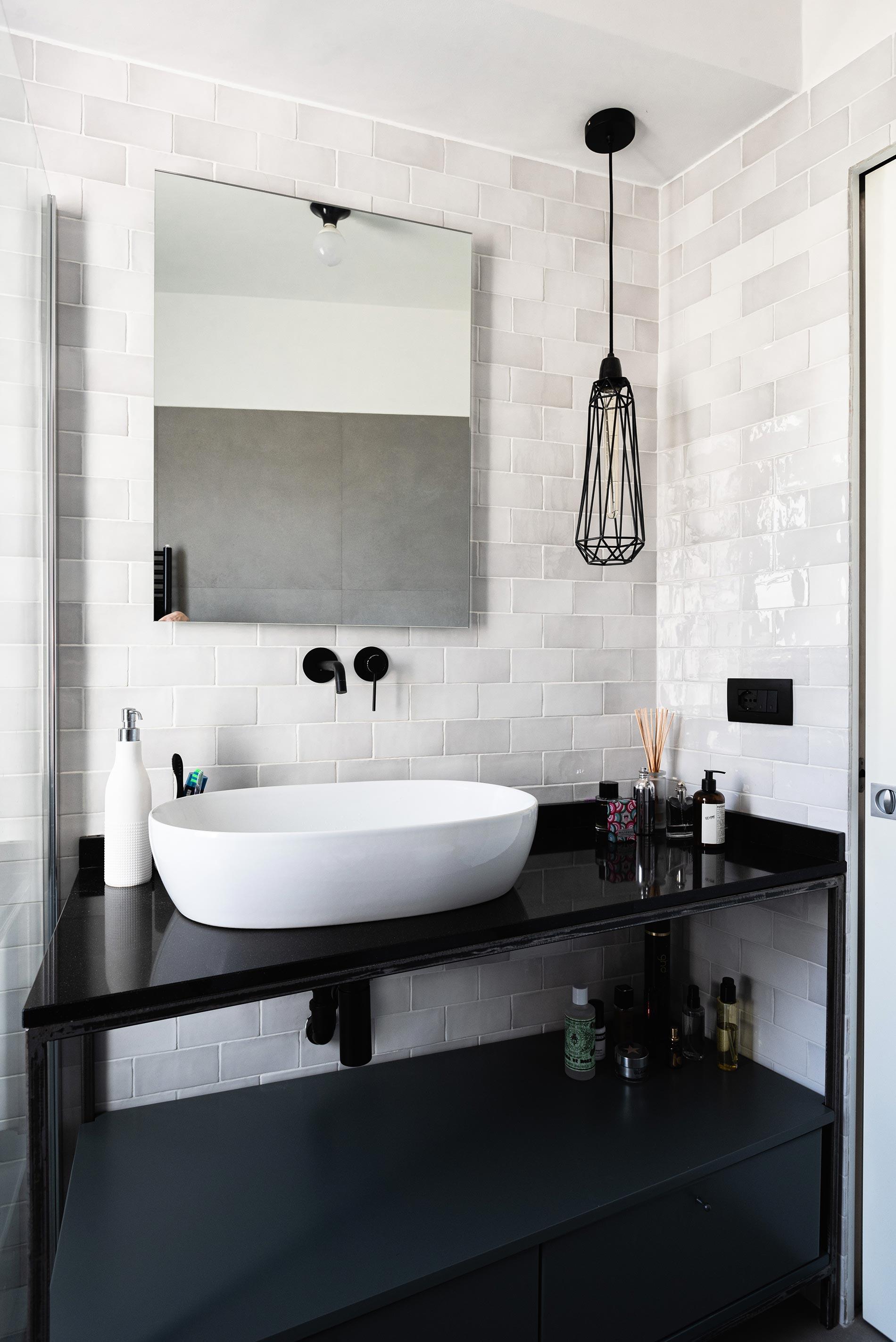 bagno cemento e nero progettazione d'interni torino