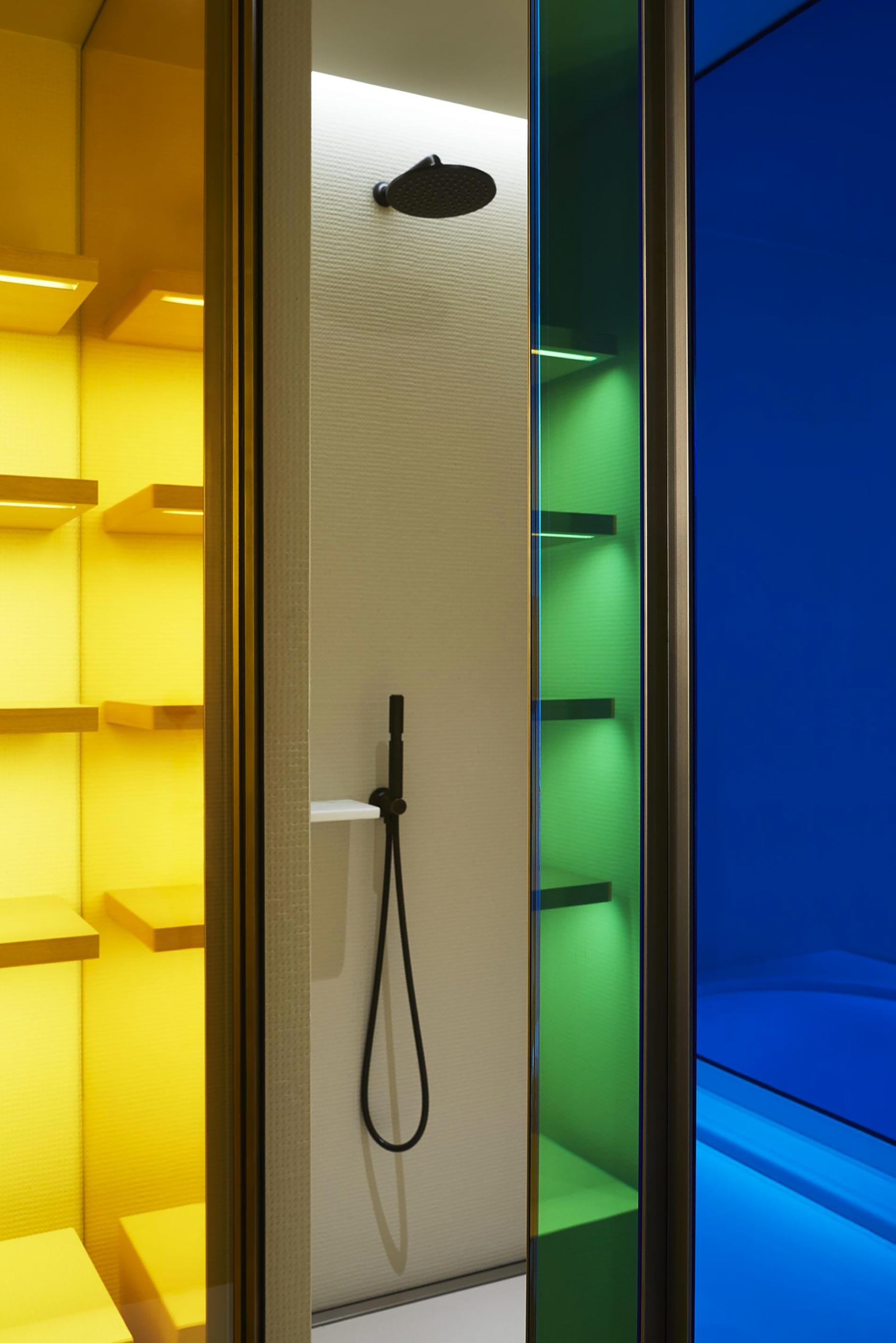 appartamento sud francia doccia colorata